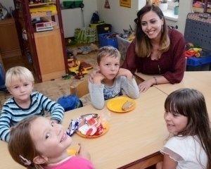 Erzieherin mit Kindern in einer Kita in Wernigerode.
